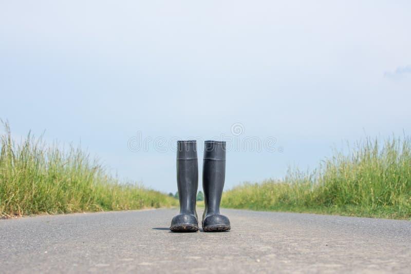 Camino de tierra con las botas de goma foto de archivo libre de regalías
