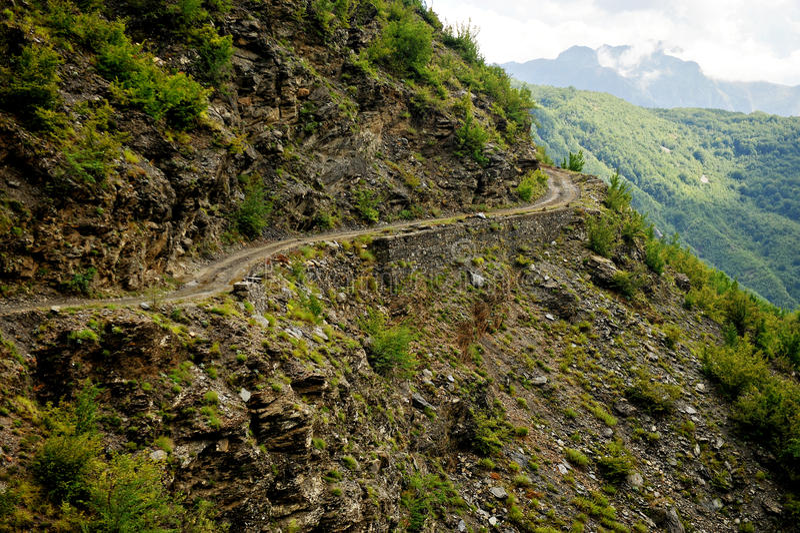 Camino de tierra de la montaña en Albania foto de archivo libre de regalías