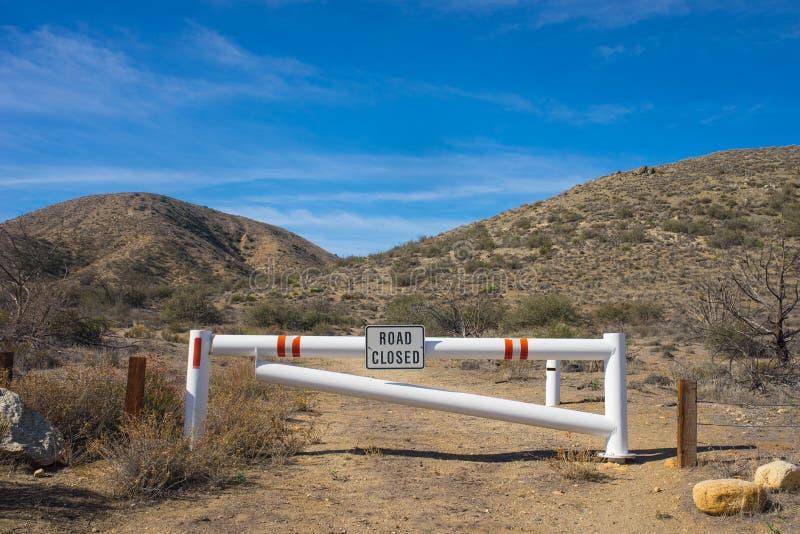 Camino de tierra del desierto cerrado fotografía de archivo