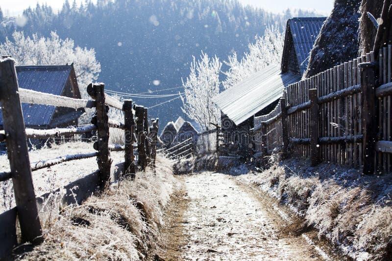 Camino de tierra del invierno en el top de las colinas fotos de archivo