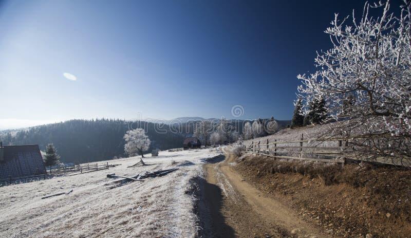 Camino de tierra del invierno en el top de las colinas imágenes de archivo libres de regalías