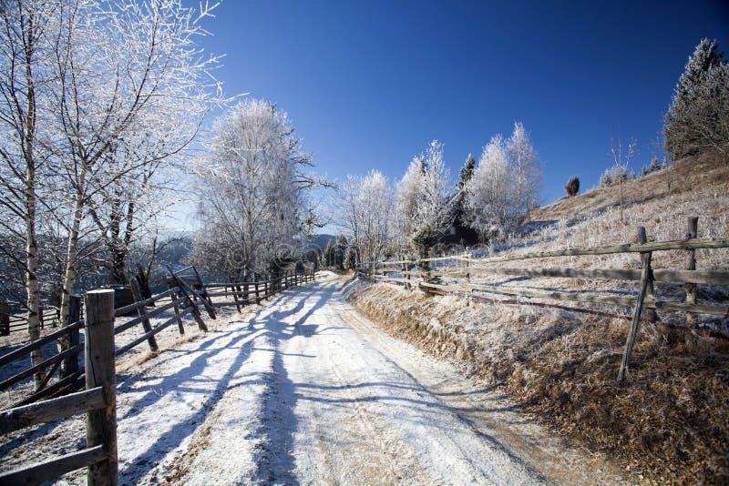 Camino de tierra del invierno en el top de las colinas imagen de archivo