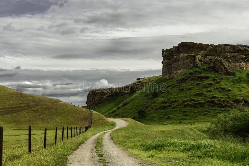 Camino de tierra del país al lado de una meseta fotografía de archivo libre de regalías