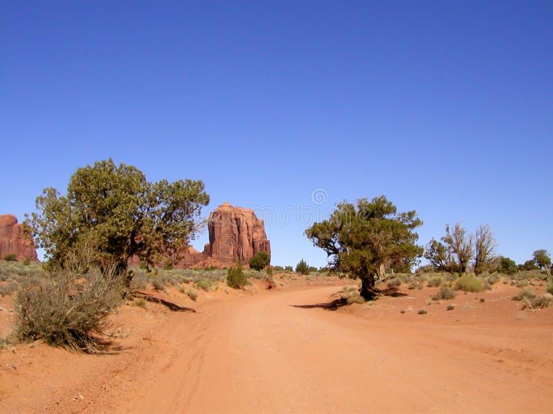 Camino de tierra del valle del monumento imagenes de archivo