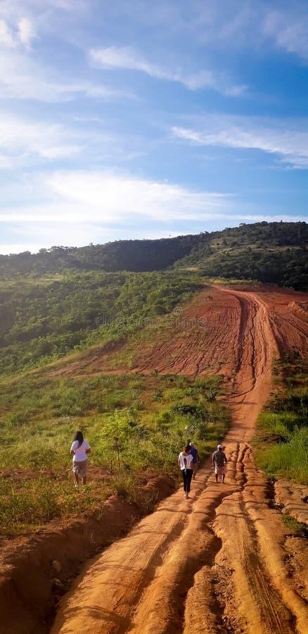 Camino de tierra en el lugar rural, interior de Pernambuco, el Brasil fotos de archivo