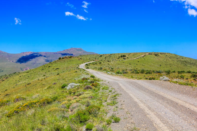 Camino de tierra en el parque nacional de la cebra de montaña, Suráfrica foto de archivo
