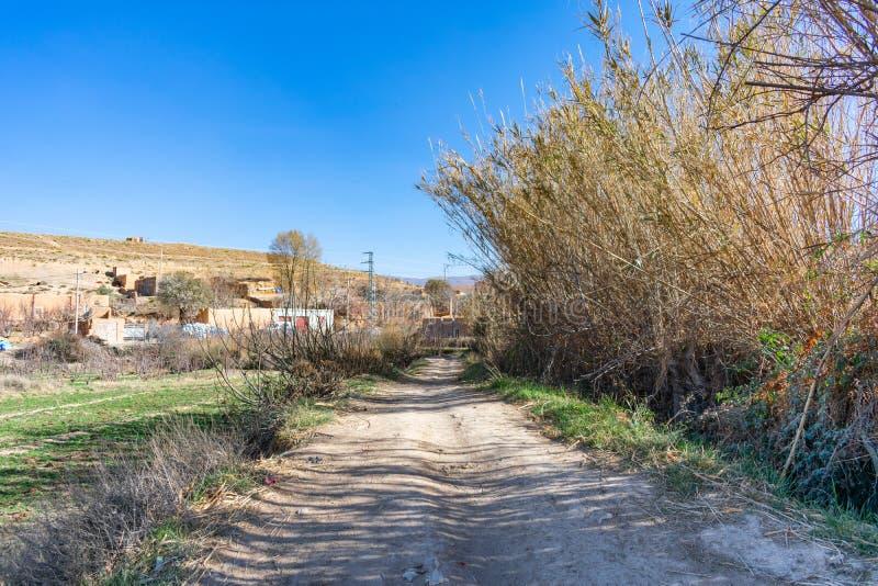 Camino de tierra en un pueblo rural en Midelt Marruecos foto de archivo libre de regalías