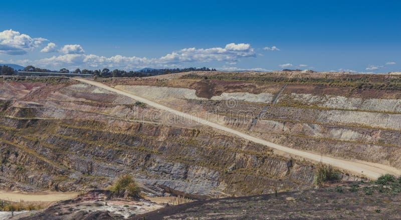 Camino de tierra que lleva abajo a la mina de la piedra caliza fotografía de archivo