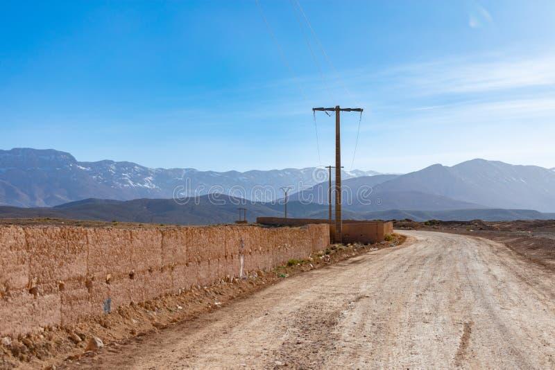 Camino de tierra rural en Midelt Marruecos con las colinas y las montañas de atlas foto de archivo libre de regalías