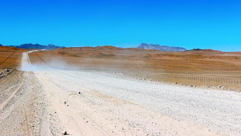 Camino de tierra a través del desierto fotografía de archivo libre de regalías