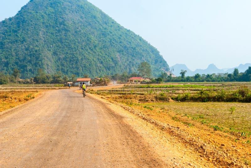 Camino de tierra a través del pueblo, Laos imagenes de archivo