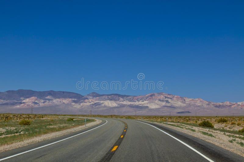 Camino de torneado, asfalto, carretera de la curva fotos de archivo