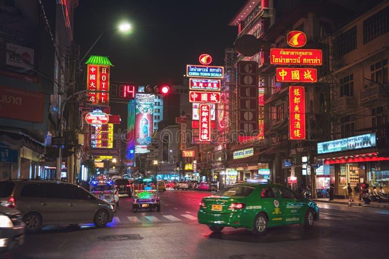 Camino de Yaowarat en el ` s Chinatown, Tailandia de Bangkok fotos de archivo