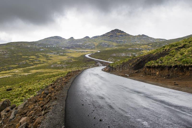 Camino del alquitrán del asfalto en las montañas de Lesotho foto de archivo libre de regalías