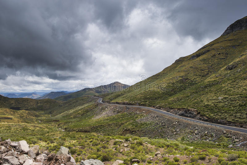Camino del alquitrán del asfalto en las montañas de Lesotho fotos de archivo libres de regalías