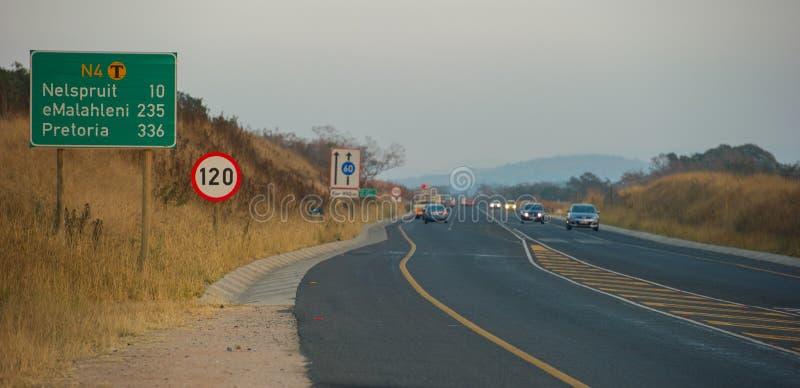 Camino del alquitrán del asfalto en Suráfrica fotografía de archivo