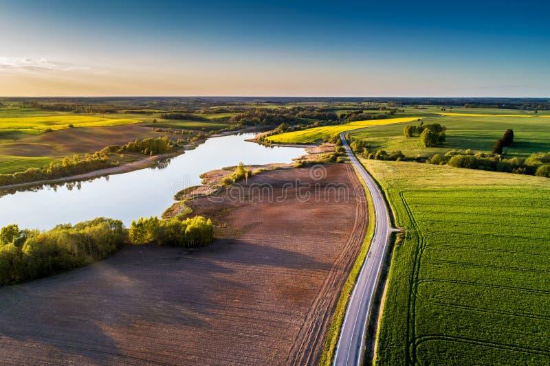 Camino del campo a través de los campos, aéreos foto de archivo