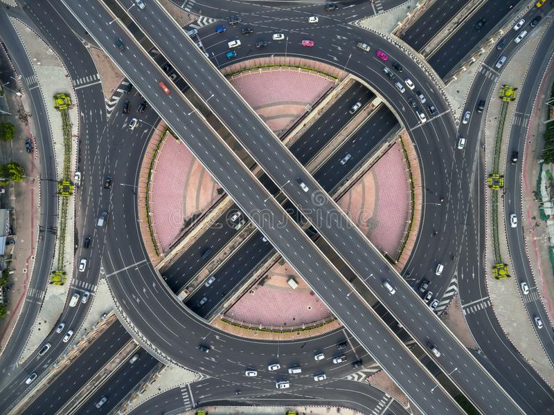 Camino del cruce giratorio en ciudad en el coche apretado imagenes de archivo