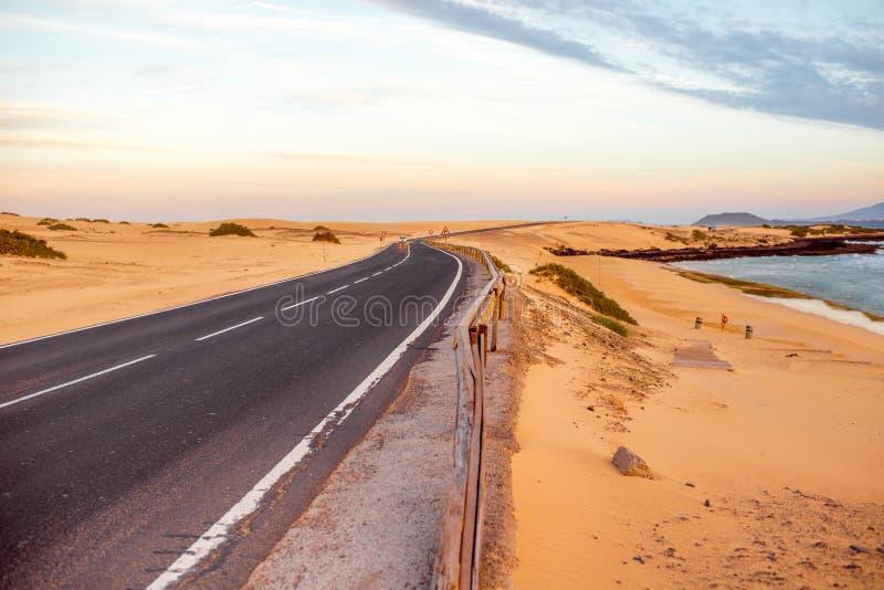Camino del desierto en la isla de Fuerteventura imagenes de archivo