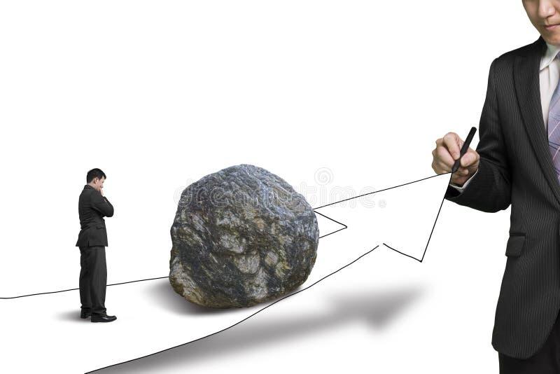 Camino del dibujo del hombre de negocios con la flecha del crecimiento y roca grande en imágenes de archivo libres de regalías