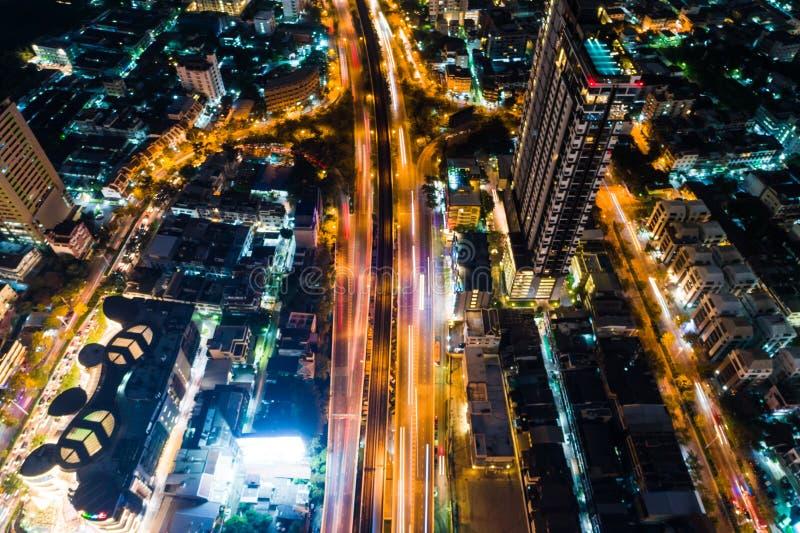 Camino del empalme del ángulo del tráfico 3 de la noche con la luz del coche foto de archivo