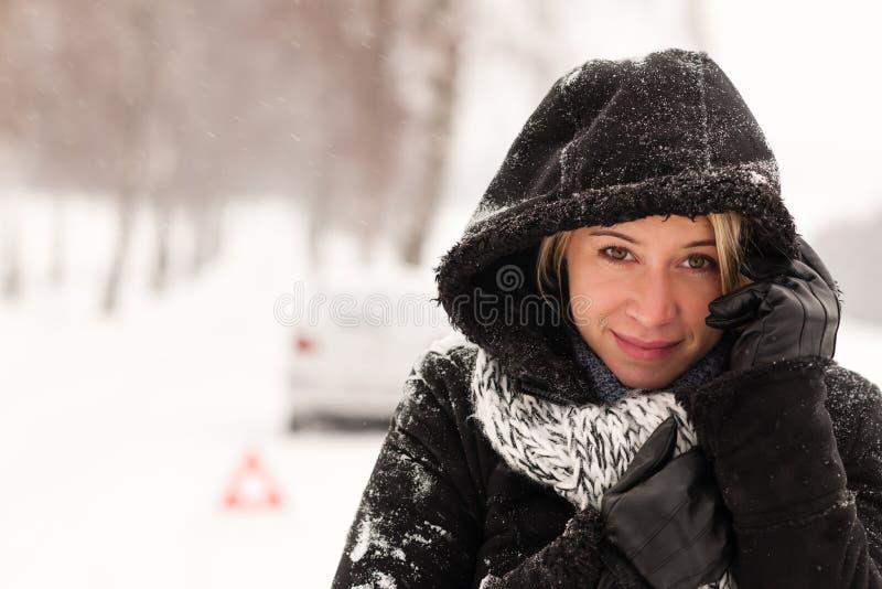 Camino del invierno del accidente de la nieve de la avería del coche de la mujer imágenes de archivo libres de regalías