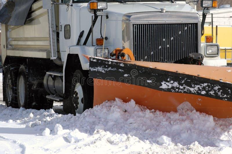 Camino del invierno del arado de nieve imágenes de archivo libres de regalías