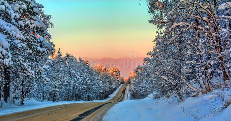 Camino del invierno en la puesta del sol imagen de archivo