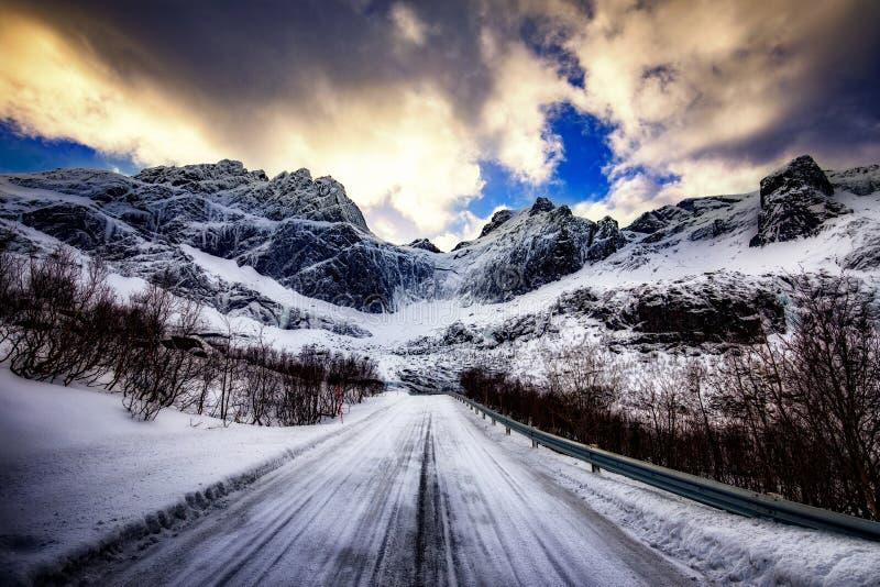 Camino del invierno en las monta?as imagenes de archivo