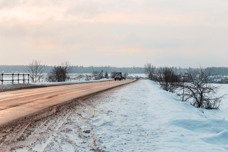 Camino del invierno entre los campos en el campo fotos de archivo