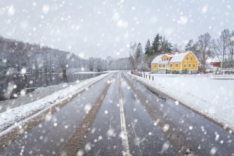 Camino del invierno Nevado en el sur de Suecia imagen de archivo