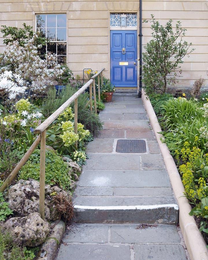 Camino del jardín de una casa hermosa fotos de archivo