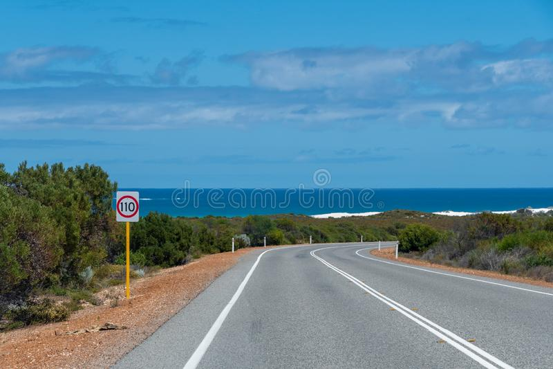 Camino del Océano Índico en la costa oeste de Australia cerca de Perth con los arbustos y el océano imagenes de archivo
