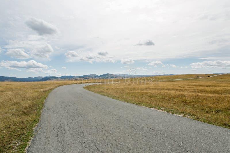 Camino del otoño de la bobina en la caja amarilla en Montenegro fotos de archivo libres de regalías