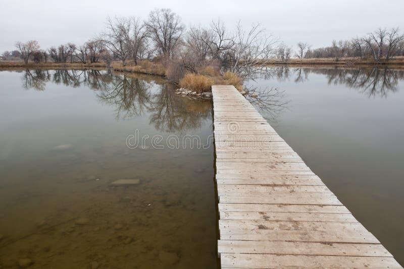 Camino del paseo marítimo sobre el lago y el pantano imágenes de archivo libres de regalías