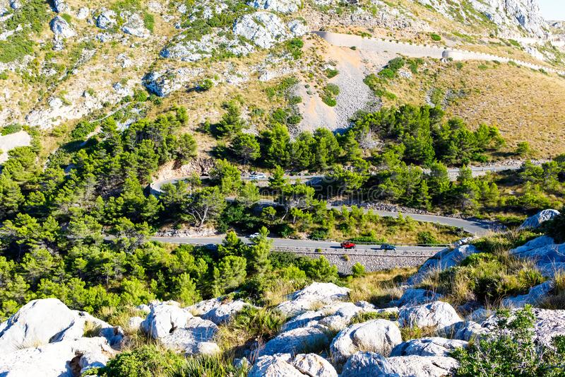 Camino del Sa Calobra, uno de los caminos más escénicos, más peligrosos y espectaculares del mundo, famoso por vueltas de hasta 3 fotografía de archivo