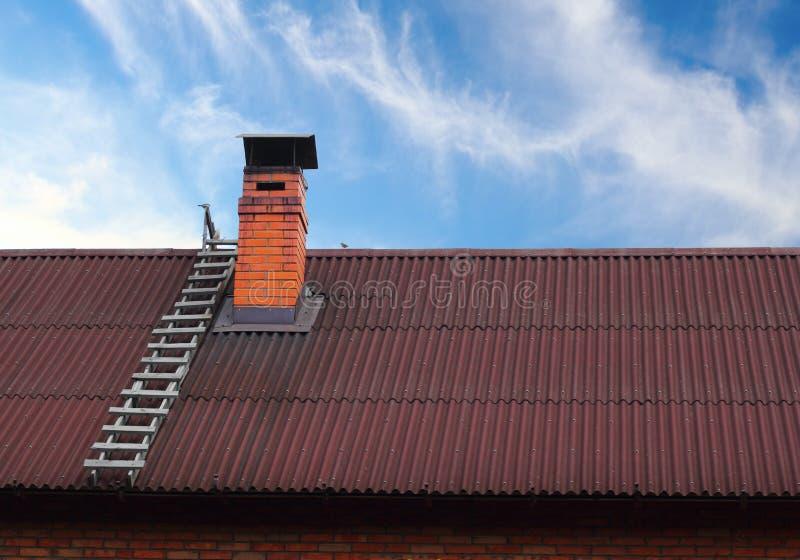 Camino del tetto e una scaletta immagine stock libera da diritti