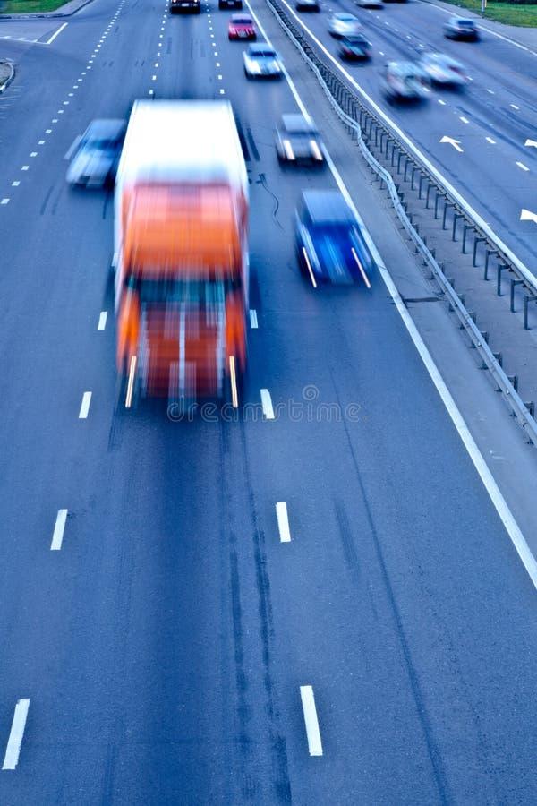 Camino del tráfico con el carro anaranjado foto de archivo libre de regalías