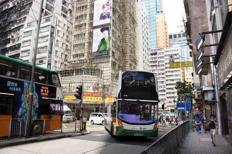 Camino del tráfico y renovar el edificio en emplazamiento de la obra al lado de Fa Yuen Street en Mong Kok en Hong Kong, China foto de archivo
