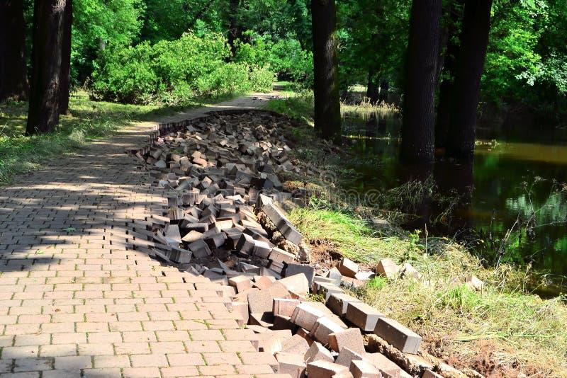 Camino destruido en la inundación fotos de archivo