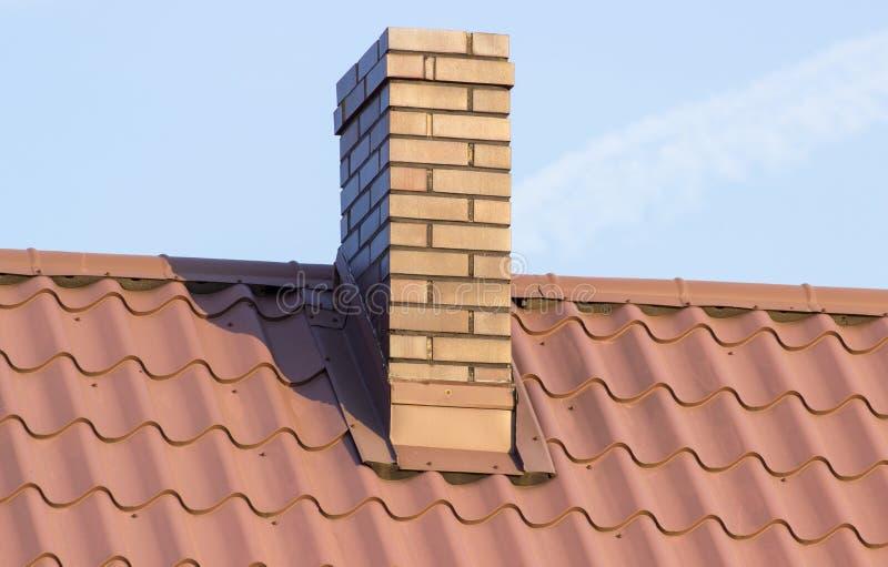 Camino di Brown sul tetto della casa il giorno soleggiato fotografie stock libere da diritti
