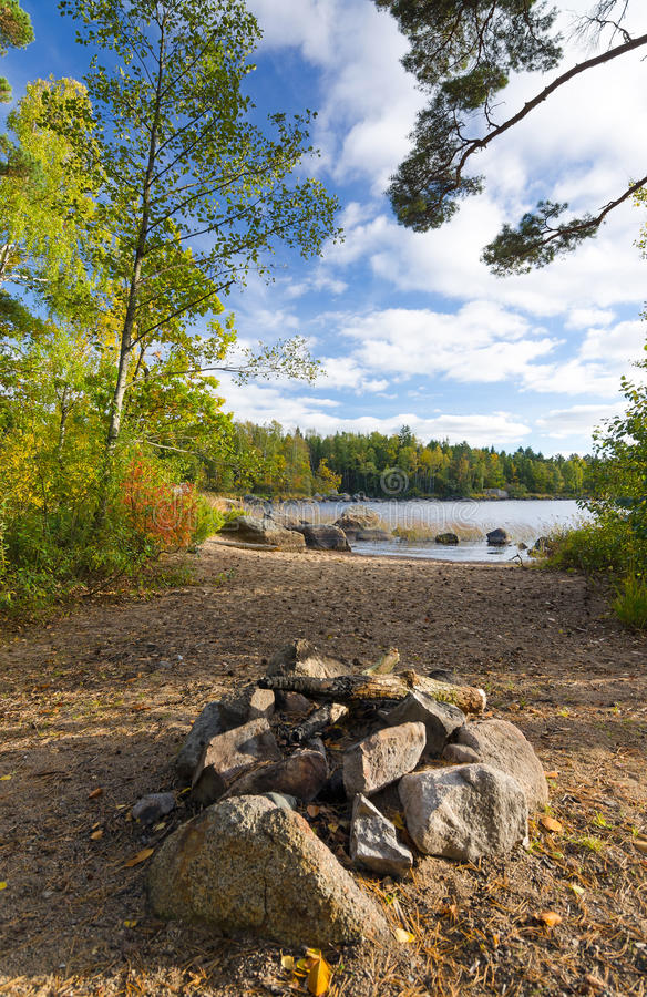 Camino di campeggio sulla costa del lago fotografia stock libera da diritti