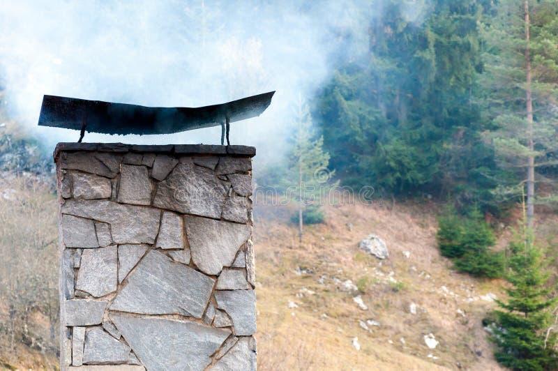 Camino di fumo in montagna immagine stock