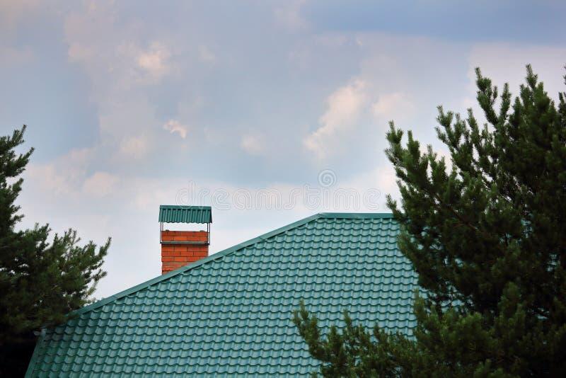 Camino di mattoni sul tetto di metallo verde fotografia stock libera da diritti