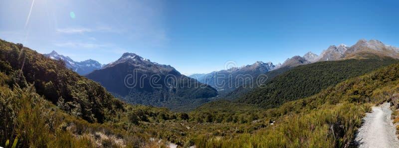 Camino dominante del rastro de la cumbre a Milford Sound Nueva Zelanda imágenes de archivo libres de regalías