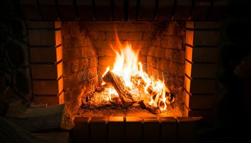 Camino e legna da ardere bruciante Riscaldamento tradizionale fotografie stock libere da diritti