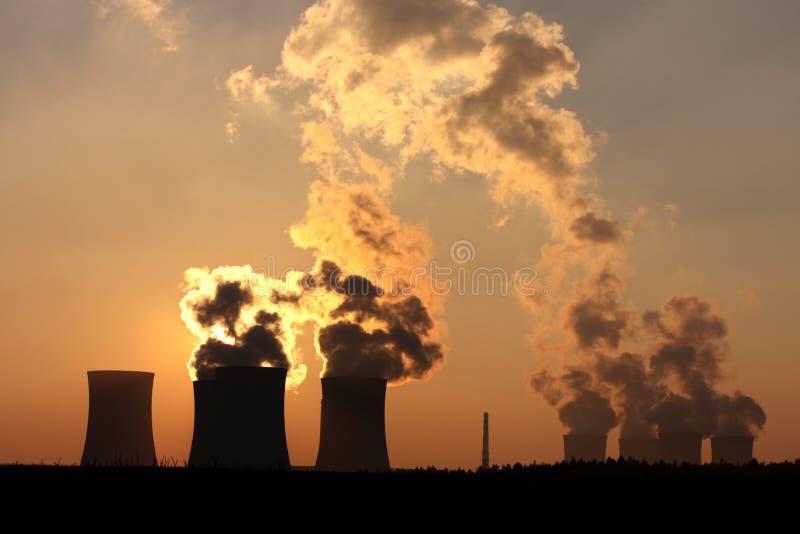 Camino e torri di raffreddamento della centrale elettrica fotografie stock libere da diritti