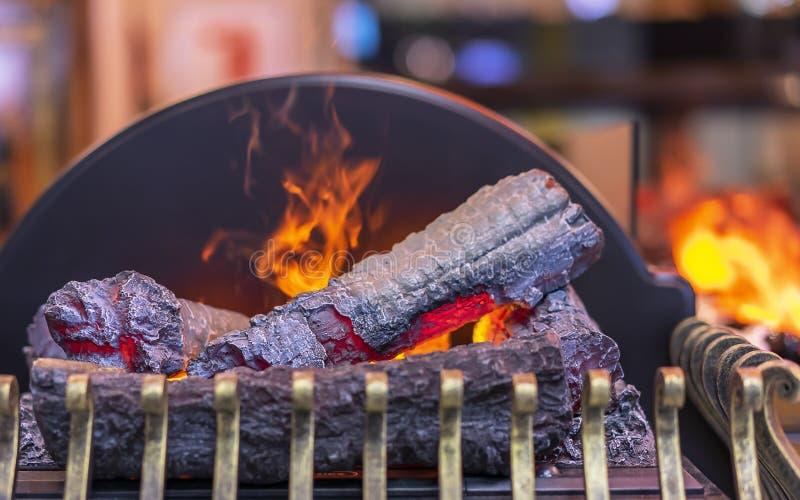 Camino elettrico con imitazione della fiamma e della legna da ardere fotografia stock