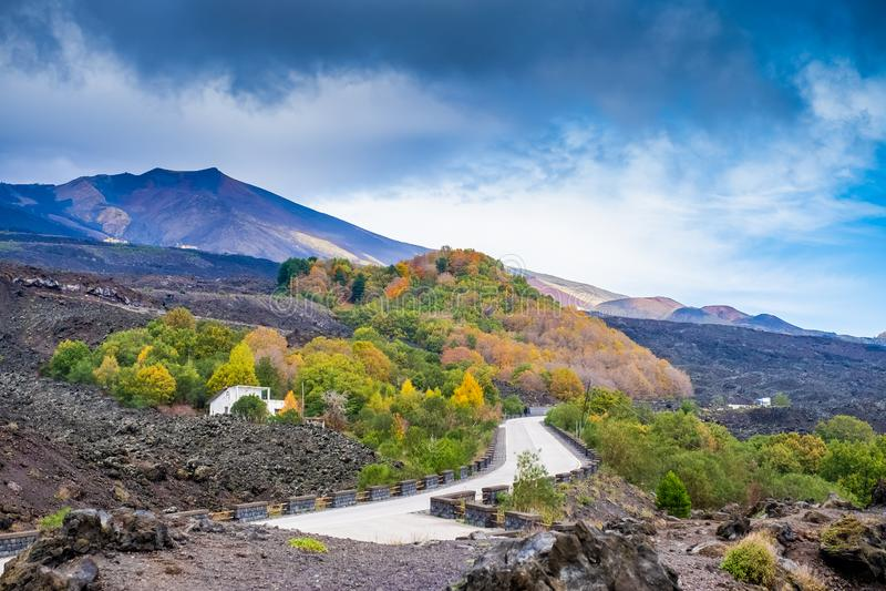 Camino en campos de lava endurecidos en el monte Etna en Sicilia fotos de archivo