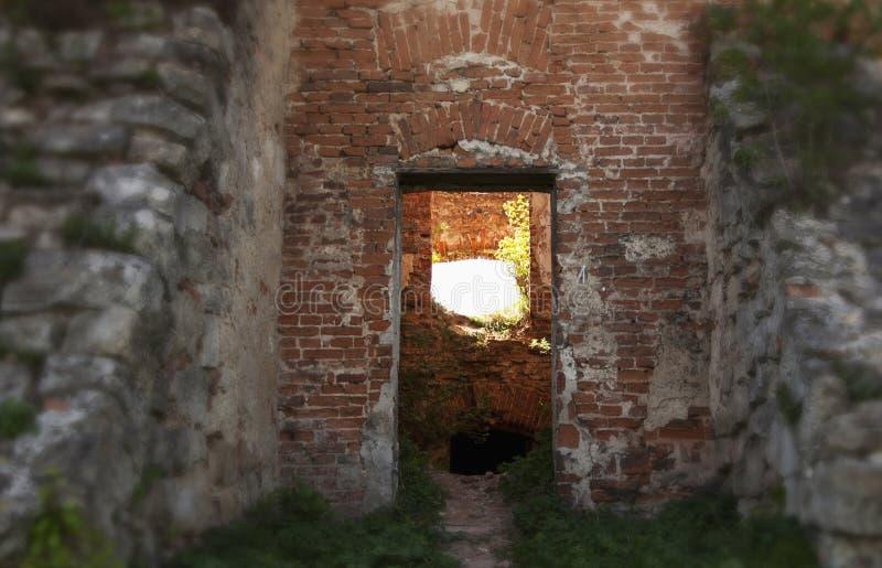 Camino en castillo viejo Cruces a encenderse u oscuridad fotos de archivo libres de regalías